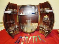 VINTAGE BARREL BAR WITH GLASSES, COLLECTIBLE SWIZZEL STICKS & MORE