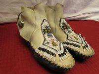 AUTHENTIC VINTAGE BEADED LEATHER MOCCASINS