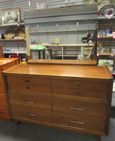 Lot detail 1953 harmon mfg co ladies all wood dresser for Bedroom furniture 98409