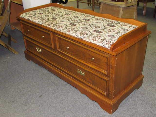 Attractive Oak Hope Chest With Cedar Lining Upholstered Seat Top