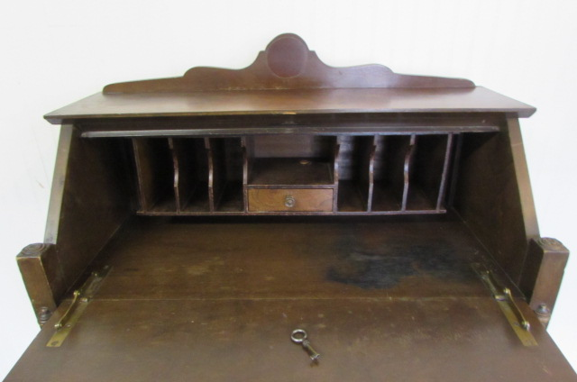 SMALL VINTAGE/ANTIQUE DESK WITH LOCK & KEY ... - Lot Detail - SMALL VINTAGE/ANTIQUE DESK WITH LOCK & KEY