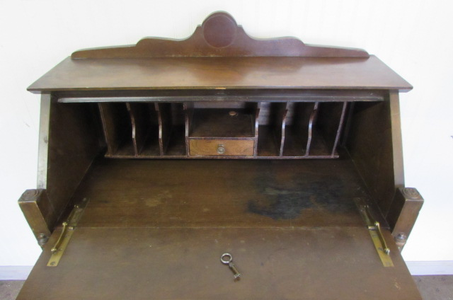... SMALL VINTAGE/ANTIQUE DESK WITH LOCK & KEY ... - Lot Detail - SMALL VINTAGE/ANTIQUE DESK WITH LOCK & KEY