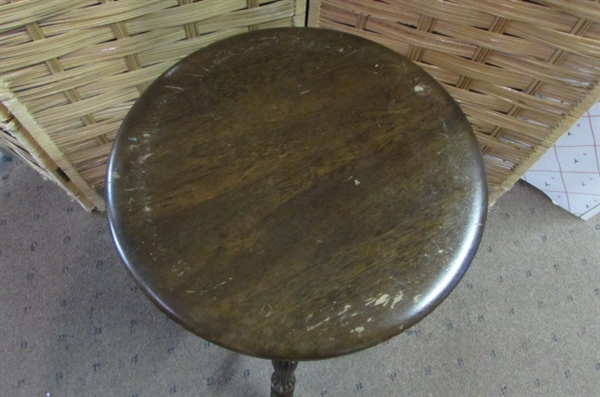ANTIQUE STYLE PIANO STOOL WITH BALL CLAW FEET