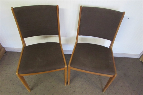 PAIR OF MODERN SCANDINAVIAN TEAK DINING ROOM CHAIRS