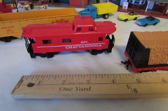 Lot Detail - HO SCALE TRAINS, TRACK & VILLAGE/LAYOUT PIECES