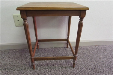 SMALL OAK DISPLAY TABLE WITH SPINDLE LEGS