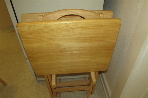 SET OF 4 WOODEN TV TRAYS WITH STAND *ESTATE*